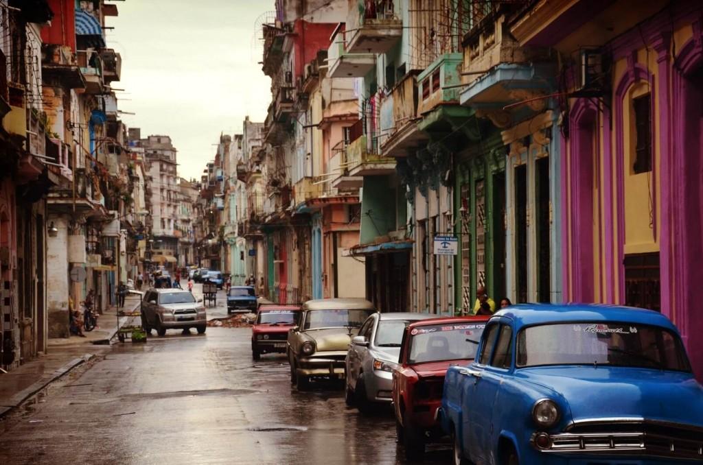 leere Straße mit bunten Häusern