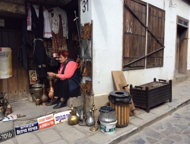 Tandlerin vor Geschäft in Veliko Tarnowo