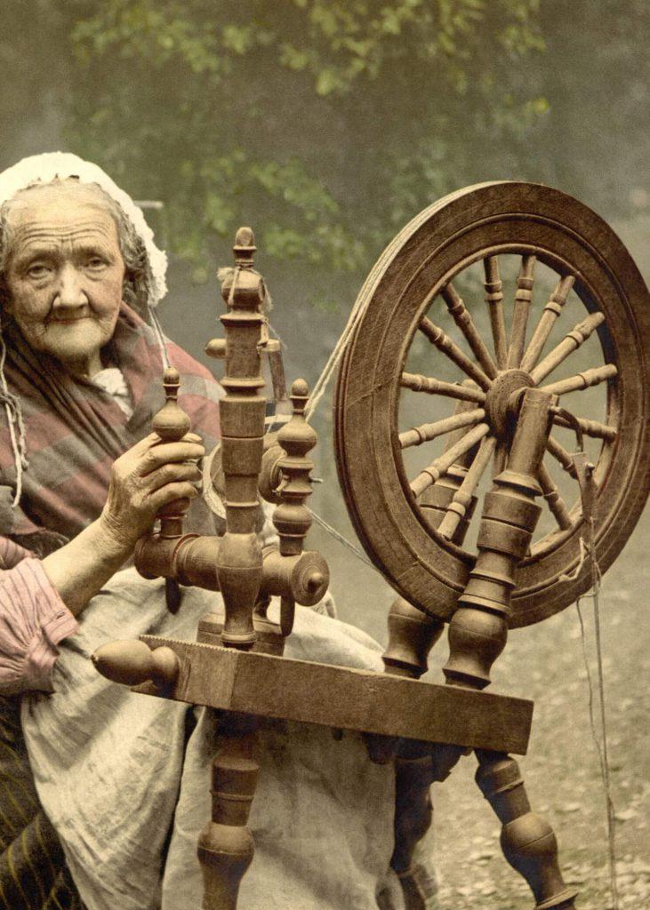 Altbäurin mit Spinnrad